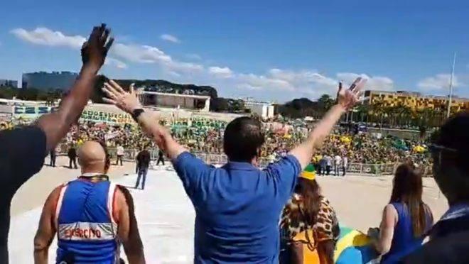 O presidente Jair Bolsonaro acena para multidão que se manifestava a favor de seu governo no Palácio da Alvorada