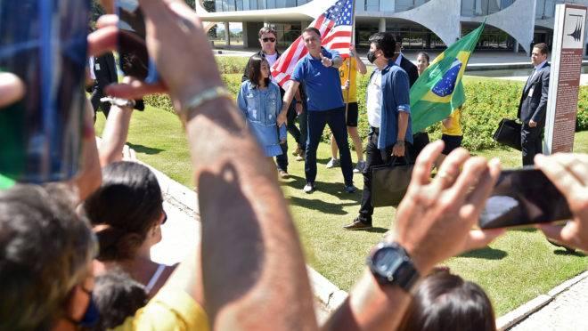 Manifestantes acenam para o presidente Jair Bolsonaro no Palácio da Alvorada, em Brasília