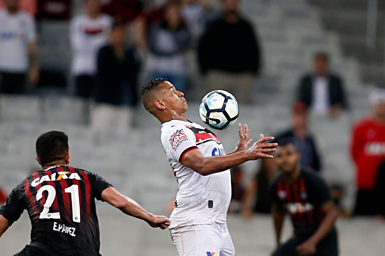 Walter, pelo Atlético-GO, contra o Furacão