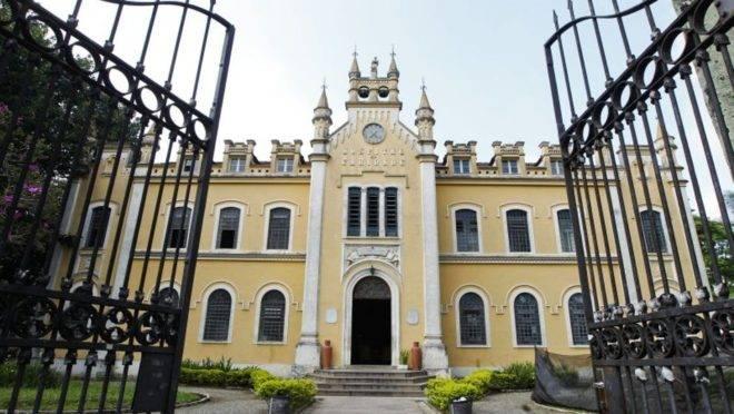 Santa Casa de Curitiba já abriu 10 leitos de UTI para pacientes com coronavírus.