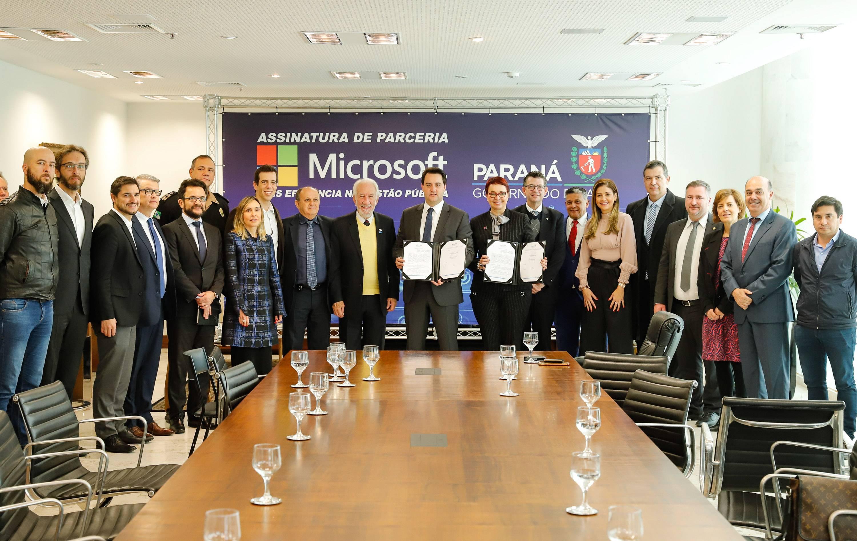 Ratinho Junior, parlamentares, secretários e representantes da Microsoft Brasil, em agosto de 2019, durante ato de assinatura de convênio. Foto: AEN