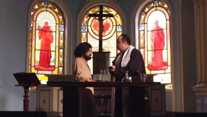 """No programa humorístico, Jesus se diz irritado com o """"Porta dos Fundos"""" por chamá-lo de gay e que é preciso """"combater o humor""""."""