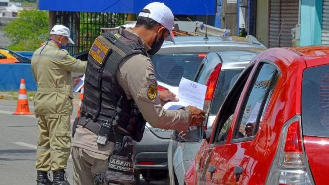 Agente de trânsito orienta motorista em São Luís sobre restrição na circulação por causa da pandemia do coronavírus: justiça decretou lockdown na capital maranhense.