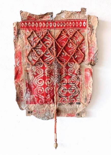 """Arte """"Sobre a Pele"""", de Andrey Zignnatto, na Galeria Janaína Torres: urucum com resina acrílica, cerâmica e barbante sobre papel de saco."""