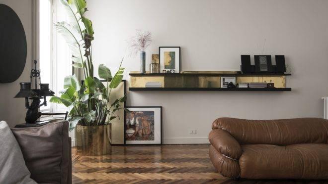 Piso de madeira com as marcas do tempo e peças dos anos 1960 e 1970 dão tom no apartamento em Milão do casal a frente do Dainelli Studio.