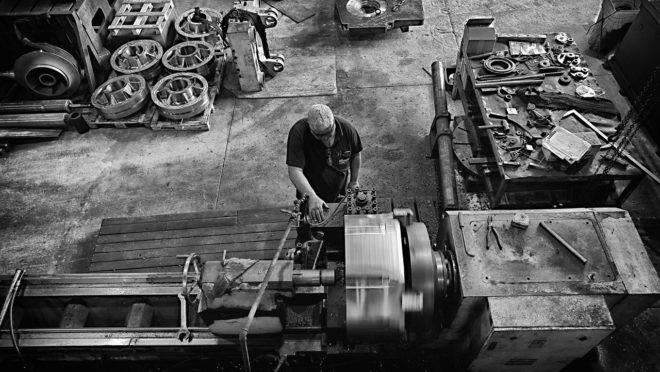 Em abril, quase metade da capacidade instalada das indústrias brasileiras ficou ociosa, segundo a FGV.