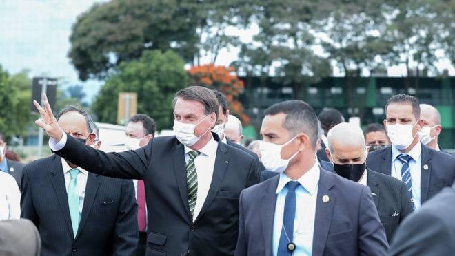 O presidente Jair Bolsonaro atravessa a Praça dos Três Poderes.