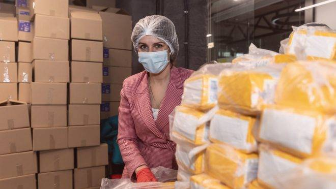 Durante a pandemia, atitudes como ficar em casa, doar a quem precisa e comprar de pequenos negócios fazem a diferença