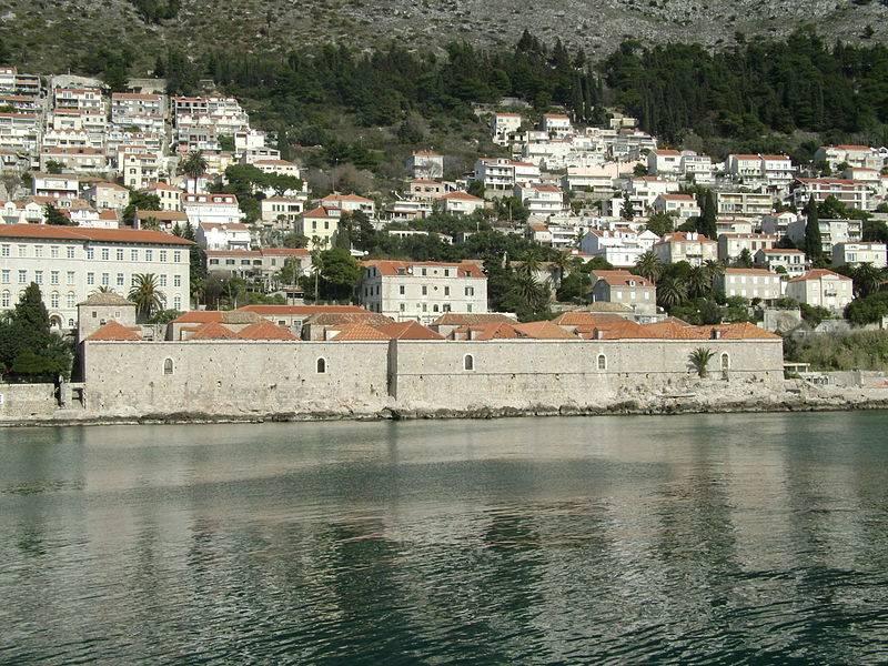 Lazarettos (em primeiro plano) construídos para quarentena em Dubrovnik.