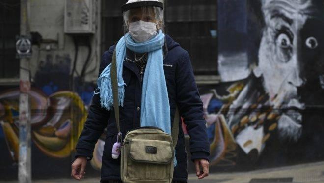 Mulher usa máscaras de proteção durante pandemia do novo coronavírus em Montevidéu, Uruguai, 7 de maio de 2020