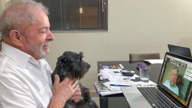 De casa, Lula conversa pela internet com o ex-ministro Alexandre Padilha: ex-presidente não assumiu o protagonismo na oposição ao governo Bolsonaro.