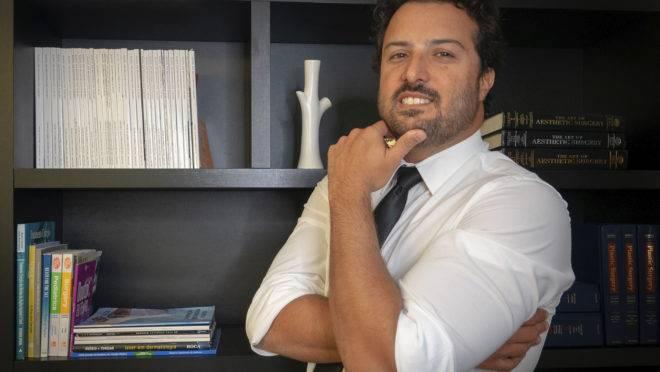 Dr Mauricio Baggio em seu consultório
