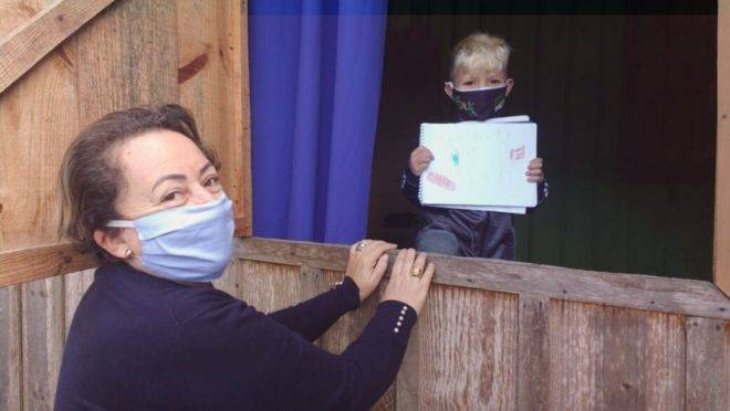 Cleusa Regina de Vargas tem 60 anos e, mesmo estando no grupo de risco, coloca sua máscara e entrega pessoalmente tarefas escolares para alunos carentes de Santa Catarina