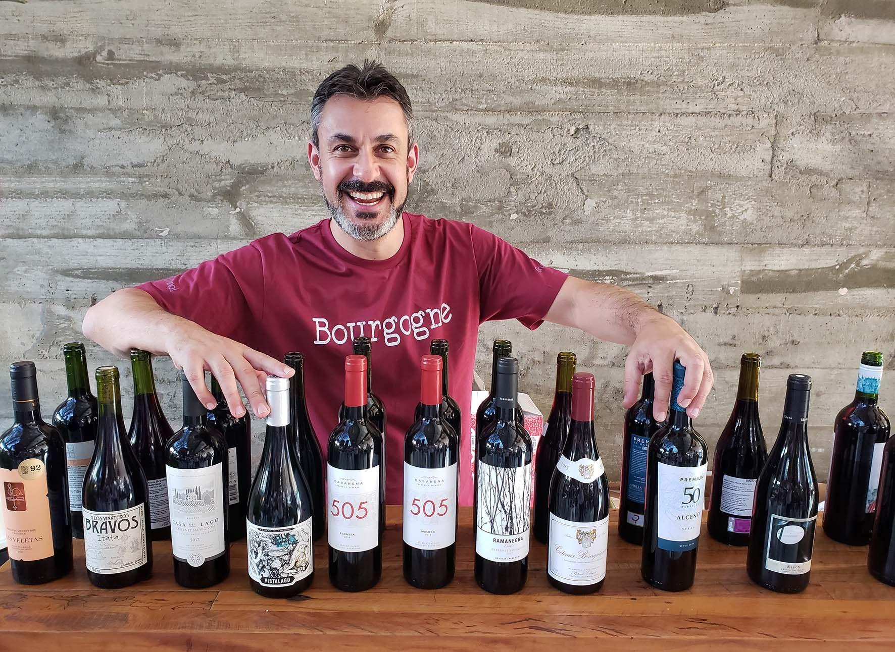 Raphael Zanette, especialista em vinhos, vai apresentar o evento online, dirigir a avaliação dos vinhos e depois revelar quais são eles.