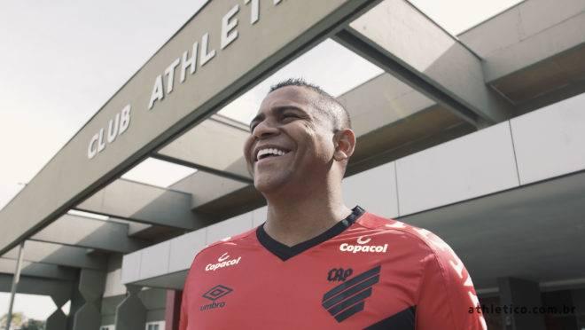 Walter vestiu a camisa do Athletico e destacou o desafio que terá.