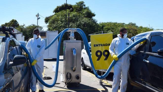 Uma névoa criada a partir da fragmentação de produtos desinfectantes é direcionada até os veículos. O processo não é tóxico.