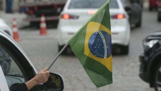 Carreata em Curitiba envolveu cerca de 50 veículos.