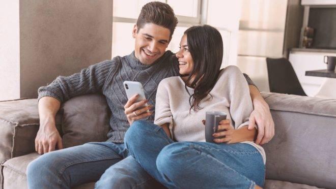 Estabelecer limites e regras para o uso do celular e da televisão é benéfico não só para seus filhos, mas também para seu casamento.
