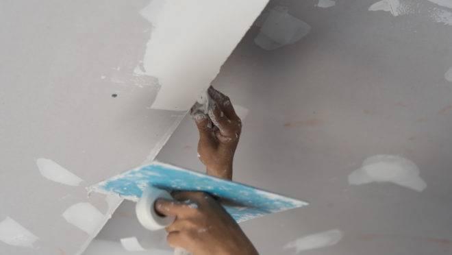 Livrar-se do mofo, da umidade e de fissuras. Coloque a mão na massa e pinte você mesmo o teto do banheiro.