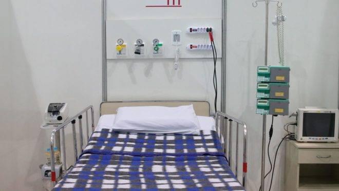 Leito em hospital de campanha para pacientes de Covid-19: gestores públicos precisam ficar atentos contra fraudes na saúde nesse momento.