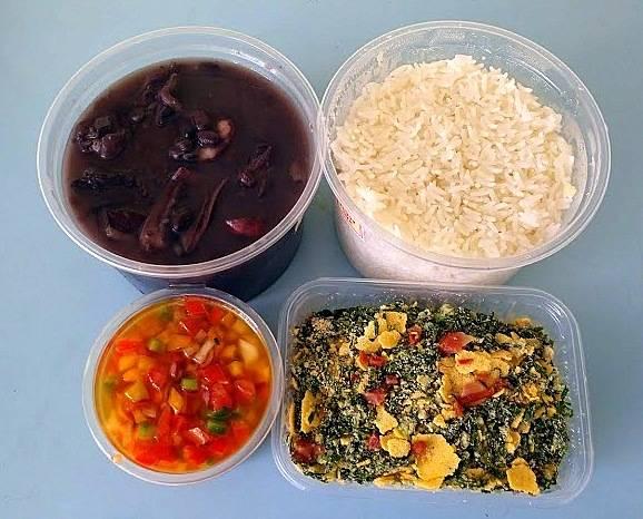 O kit do Feijão da Carmen como chega em casa - porção para três pessoas: feijão, arroz, vinagrete e farofa de couve.