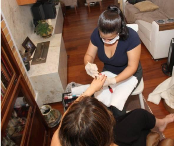 Clientes podem contratar profissionais de beleza para atendimento domiciliar através do aplicativo. Foto: Divulgação/BNYOU