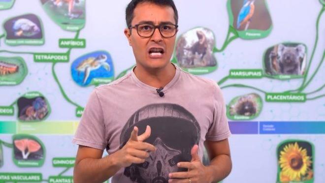 Professor de Biologia Paulo Jubilut criticou o presidente Jair Bolsonaro (sem partido) e seus apoiadores durante uma vídeo aula privada e teve o conteúdo vazado. Na imagem, Jubilut dá aula aberta no Youtube.