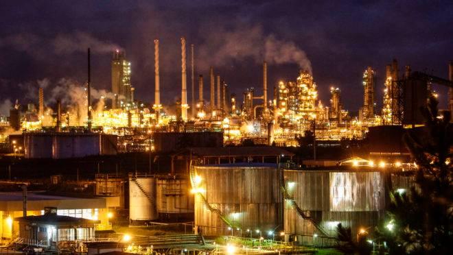 Vista noturna da refinaria Presidente Getúlio Vargas (Repar) em Araucaria.