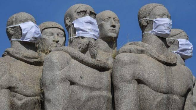 Estátuas do Monumento das Bandeiras com máscaras de proteção em São Paulo, 12 de maio