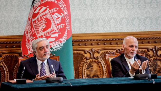 Ashraf Ghani (direita) ao lado de Abdullah Abdullah