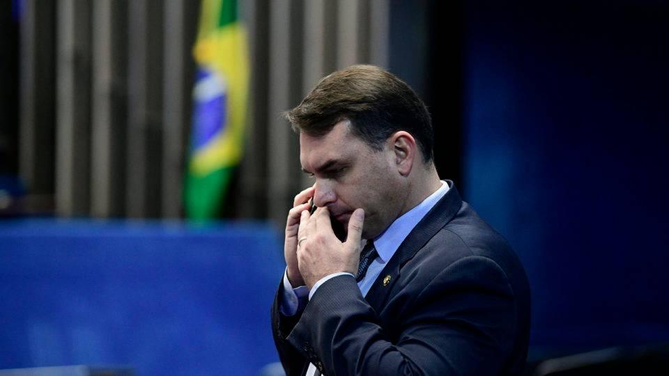 Flávio Bolsonaro diz não recordar de pagamento em espécie por apartamento, diz jornal