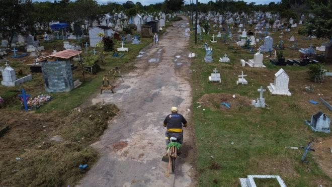 Cemitério de Nossa Senhora, em Manaus: interiorização do coronavírus disseminou a doença no Amazonas e pressiona a rede de saúde da capital, que já estava em colapso.