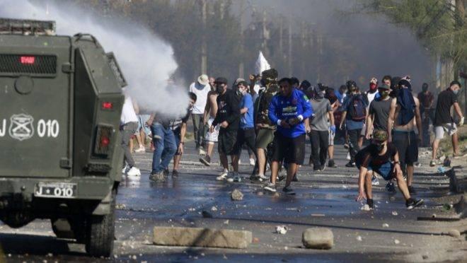 Manifestantes entram em confronto com polícia de choque durante protesto em Santiago, Chile, 18 de maio de 2020