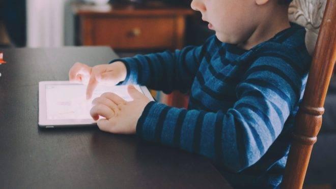 Conteúdo pornográfico pode chegar às crianças por meio das redes sociais e pelos navegadores de internet em smartphones e tablet