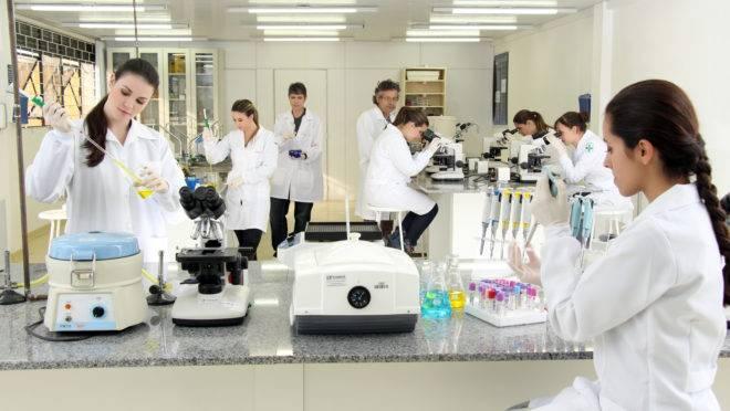 Estudantes do UniBrasil em aula prática de laboratório