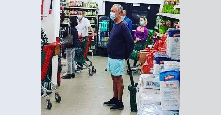 Presidente de Portugal, Marcelo Rebelo de Souza, no supermercado em Cascais.<br />A foto, tirada em 16/05/20 viralizou nas redes sociais. | Reprodução Twitter
