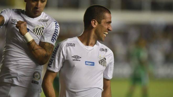 Evandro comemora gol pelo Santos.
