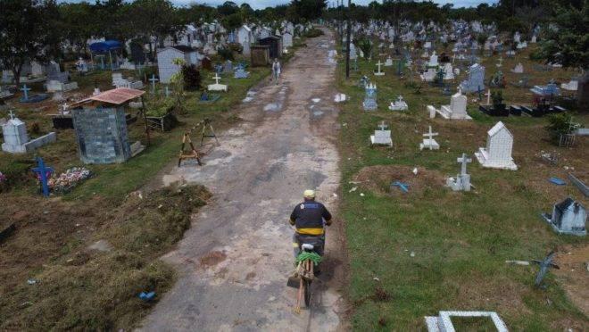 Cemitério em Manaus e causa de mortes no Brasil: coronavírus