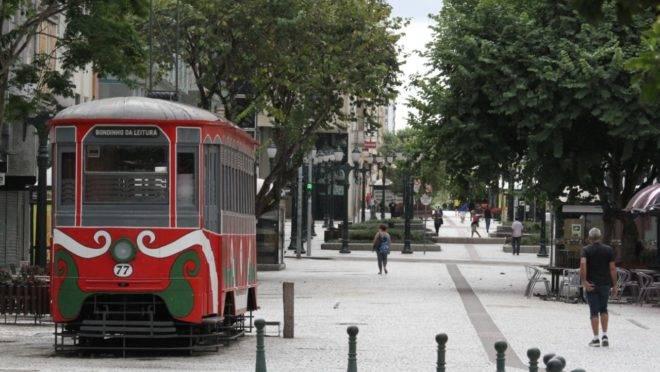 Bondinho da XV no início da pandemia: ruas vazias em Curitiba.