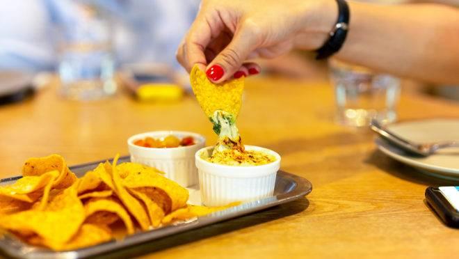 Pratos para compartilhar deverão ser servidos individualmente pelo garçom. Foto: Bigtock