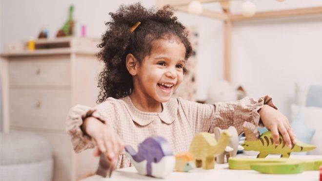 Crianças precisam ter momentos sozinhas ou com outras crianças, ainda que por meio das telas, durante a quarentena
