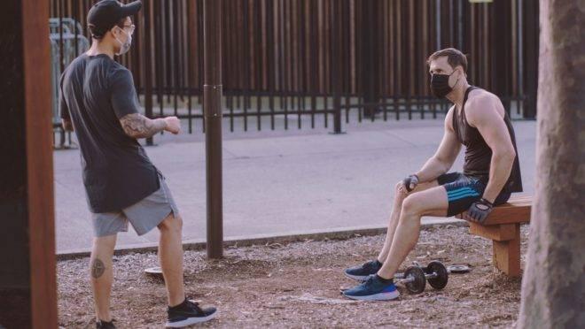 Pode até ser desconfortável, mas fazer exercícios fora de casa exige o uso da máscara, alerta especialista
