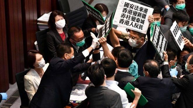 Parlamentares pró-democracia de Hong Kong são bloqueados por seguranças ao protestar em sessão de comitê da Câmara do Conselho Legislativo, 22 de maio de 2020