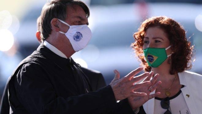 Presidente Jair Bolsonaro (com a deputada Carla Zambelli, ao fundo) pode ser chamado a prestar depoimento no inquérito da suposta interferência dele na Polícia Federal.