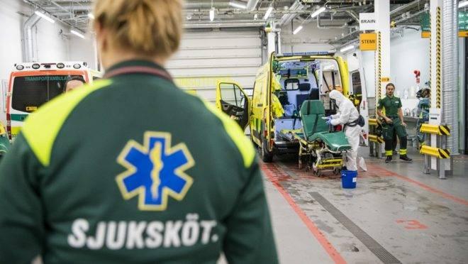 Funcionário limpa e desinfeta uma ambulância que deixou um paciente na Unidade de Tratamento Intensivo de hospital na região de Estocolmo, 13 de maio. A Suécia adotou um modelo mais brando de combate ao coronavírus