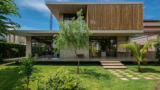 Casa Petro é assinada pela arquiteta Fernanda Padula em Ribeirão Preto, com simplicidade estrutural, materiais aparentes, e planta aberta nos dois andares.