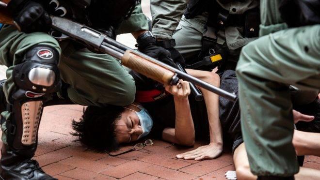 Em Hong Kong, manifestante é detido em protesto contra Pequim.