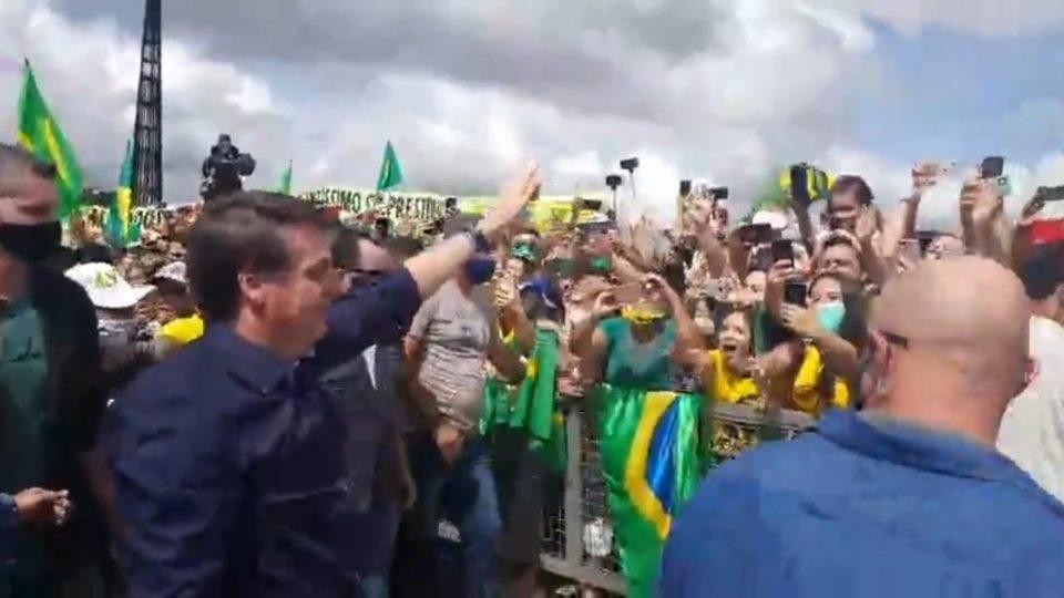 Sem máscara, Bolsonaro se reúne com manifestantes pró-governo em Brasília