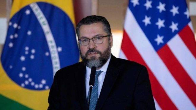 Respiradores: Brasil receberá mil dos EUA, diz Ernesto Araújo