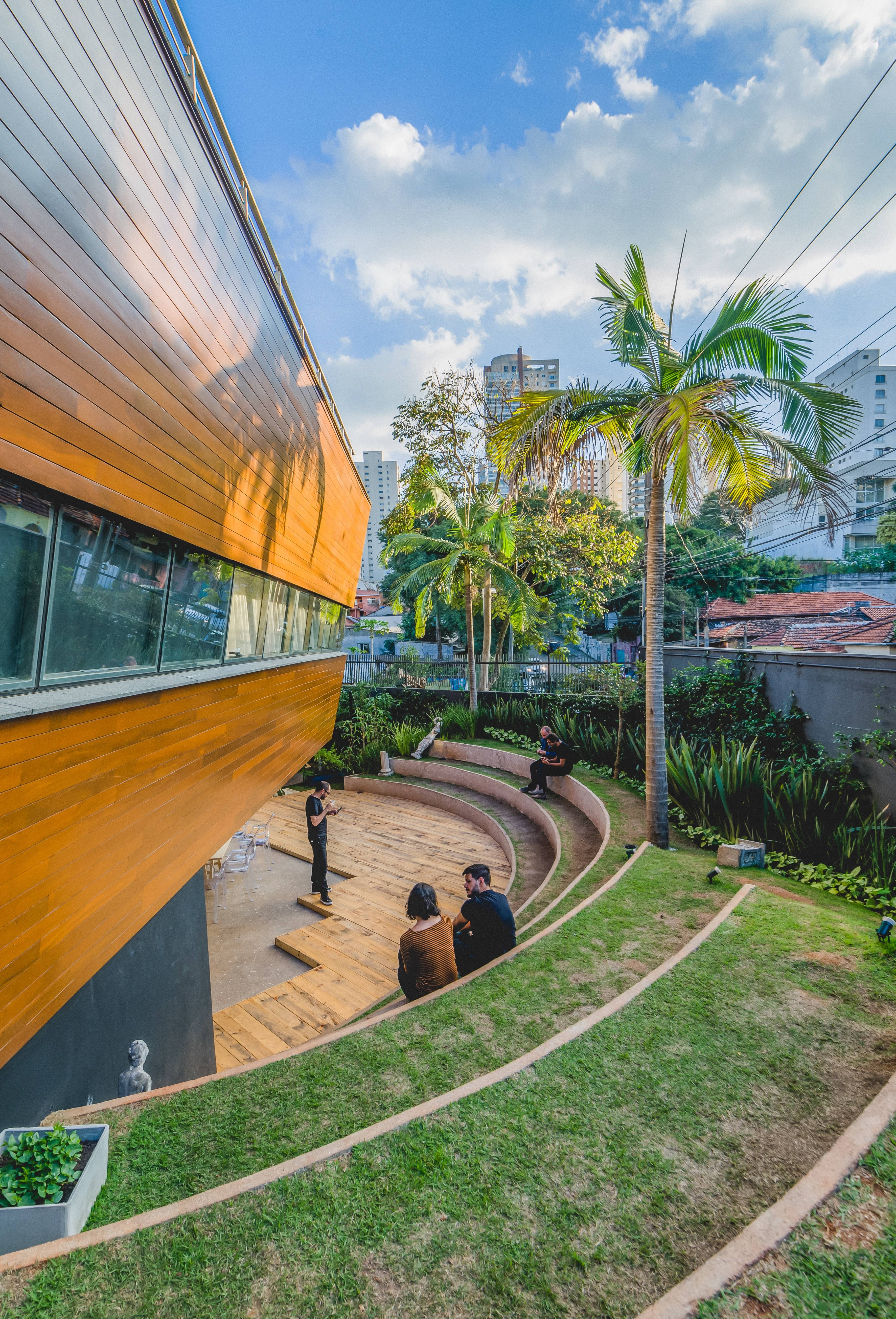 Projeto da Metroquadrado Arquitetura para uma agência une tecnologia de ponta na automação a espaços humanizados.